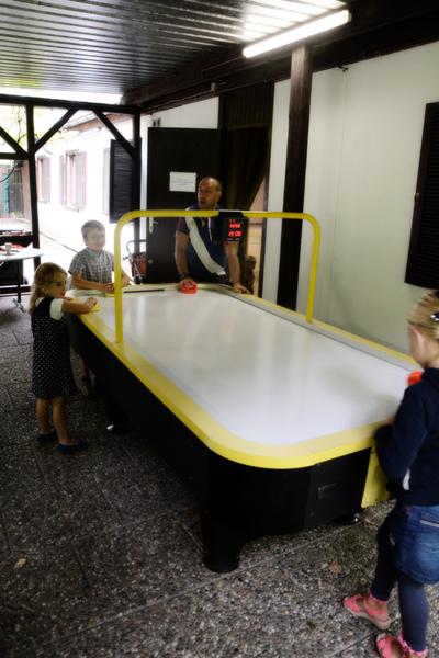 Airhockeytisch mit Spielern