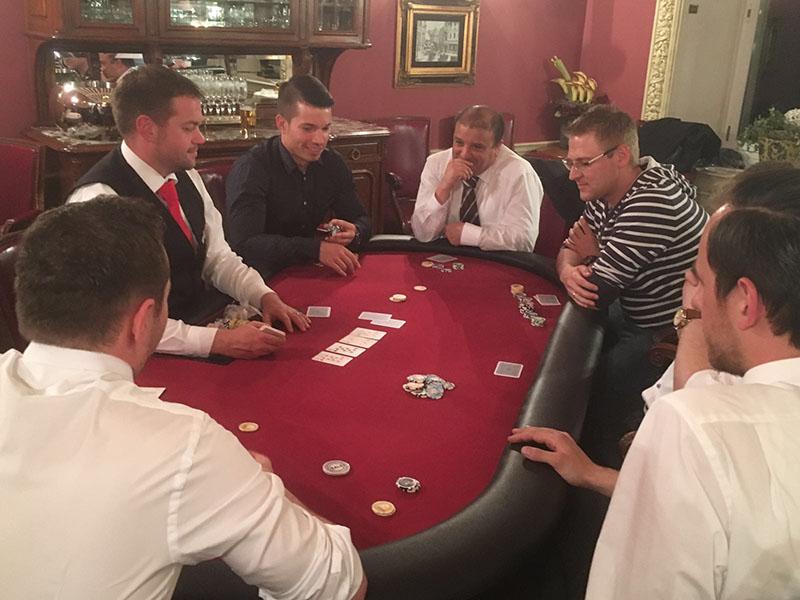 Pokertisch mit Spielern