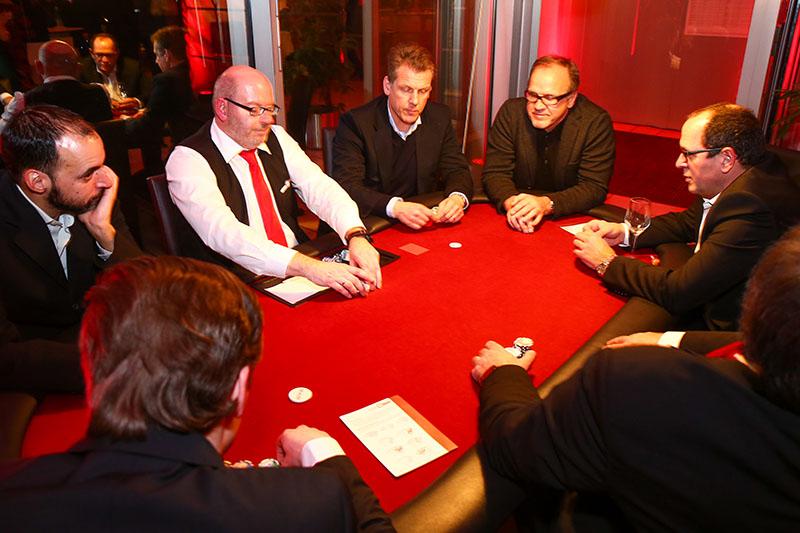 Pokerspieler an einem mobilen Pokertisch
