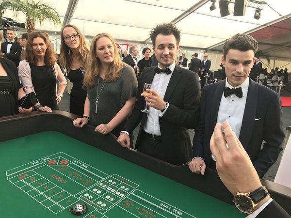 Craps mit Spielern auf einer Firmenfeier