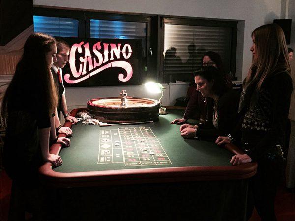 Roulette mit Spielern auf einer Geburtstagsfeier